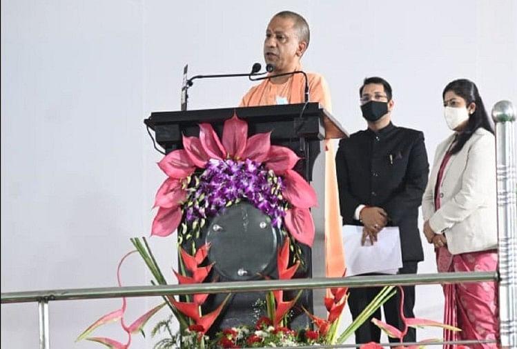 Prayagraj News :  इलाहाबाद हाईकोर्ट में आयोजित कार्यक्रम में बोलते मुख्यमंत्री योगी आदित्यनाथ।