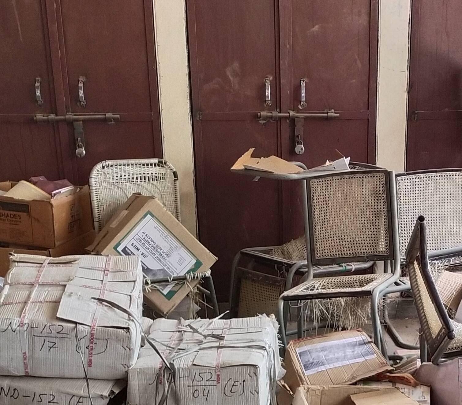 खंड शिक्षा अधिकारी कार्यालय में कबाड़ में फेंका गया दवाइयों से भरा डिब्बा।