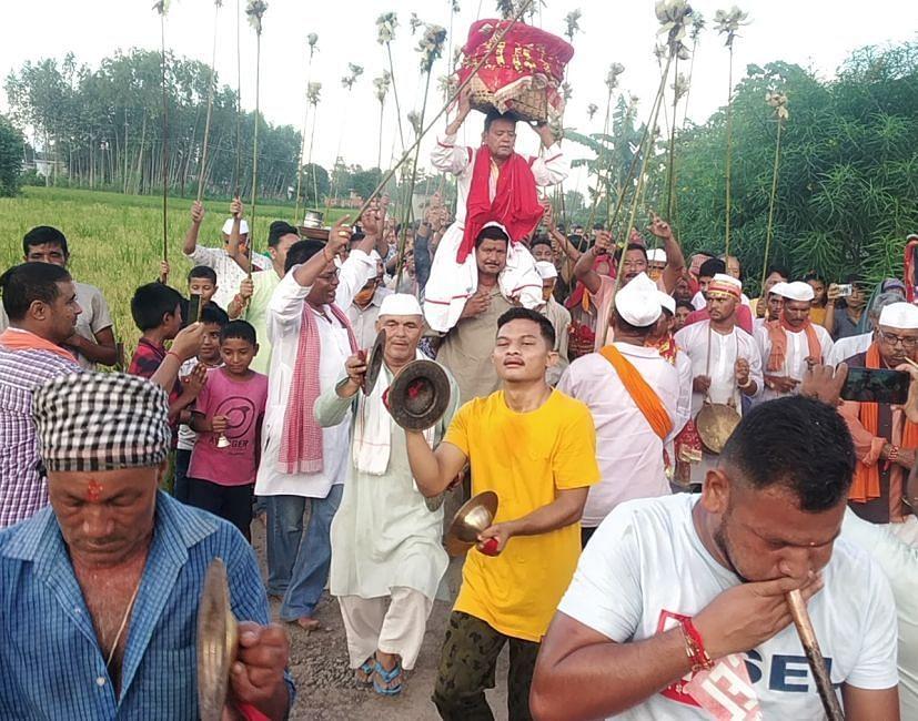 शांतिपुरी नंबर-2 में मां नंदा देवी का डोला ले जाते लोग।