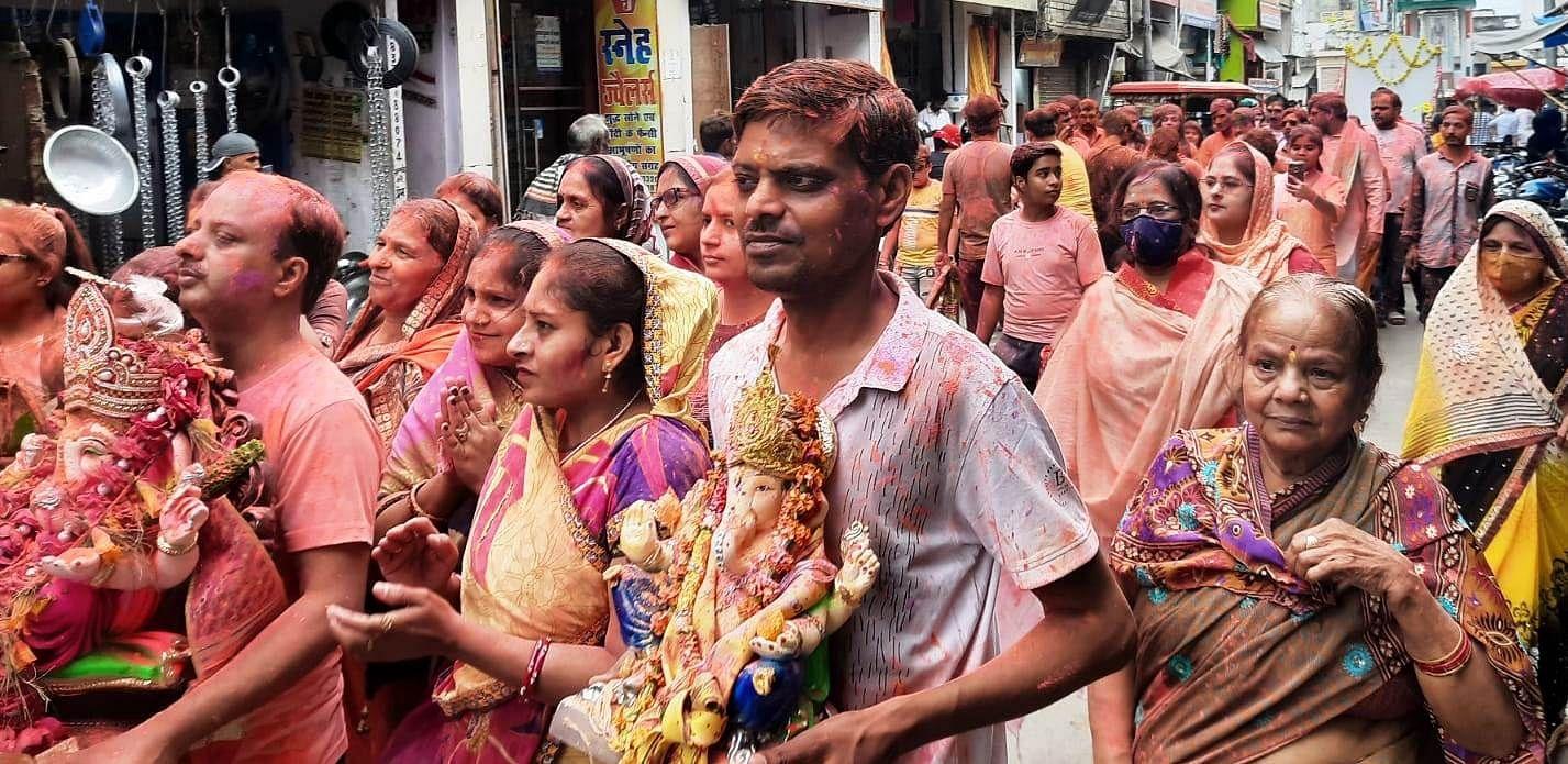 कासगंज में भगवान गणेश प्रतिमा विसर्जन शोभायात्रा में शामिल श्रद्धालु।