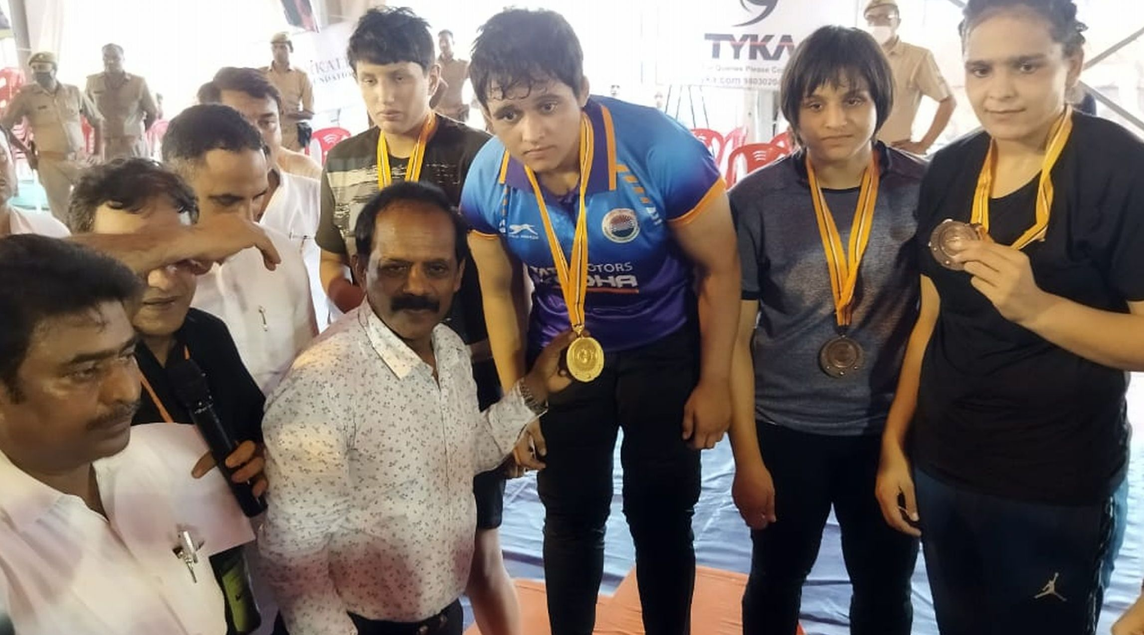 28 : गौरीगंज : कौहार में आयोजित राष्ट्रीय कुश्ती प्रतियोगिता में विजेता खिलाडिय़ों को मेडल देते अत?