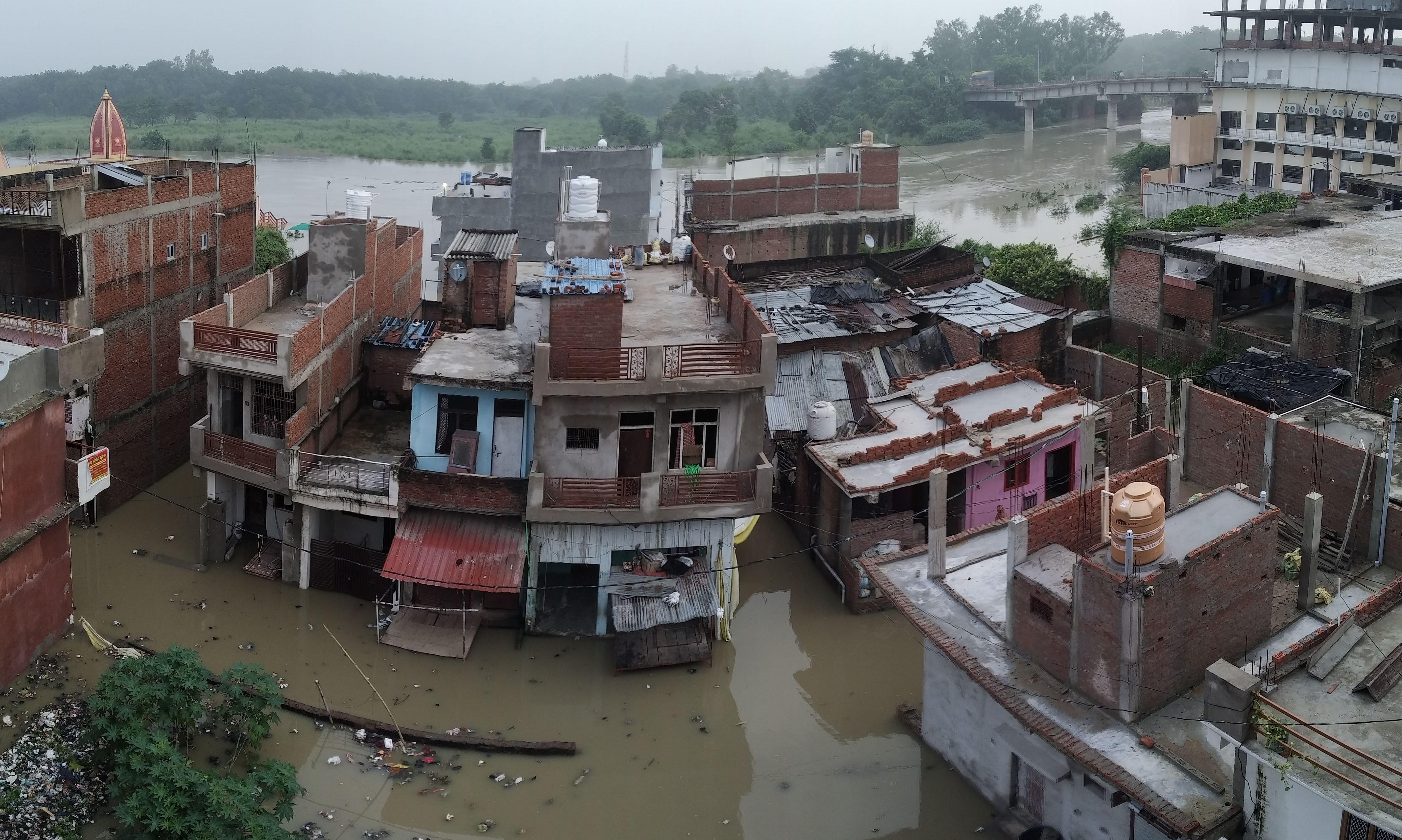 सदर बाजार बेल्हा देवी धाम के बगल स्थित मोहल्ले में सई नदी के बाढ का भरा पानी। संवाद