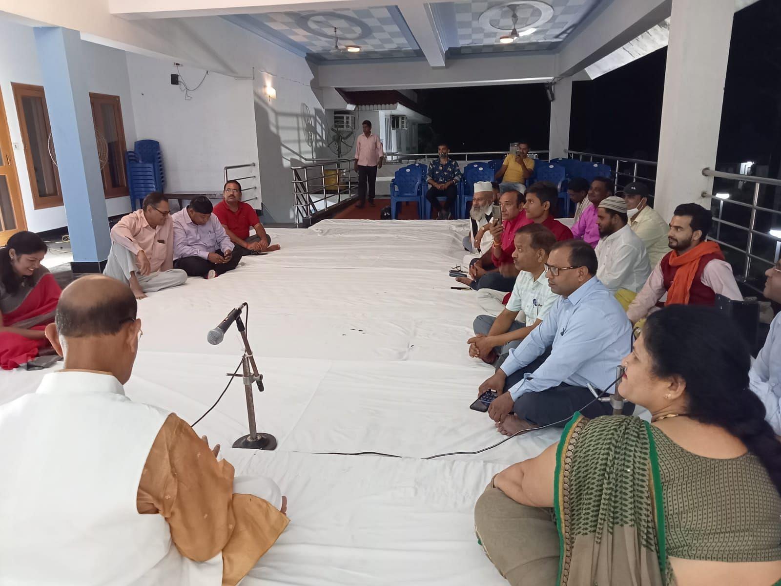 खटीमा के फाइबर्स फैक्टरी में आयोजित कवि सम्मेलन में मौजूद कवि, साहित्यकार एवं शायर।