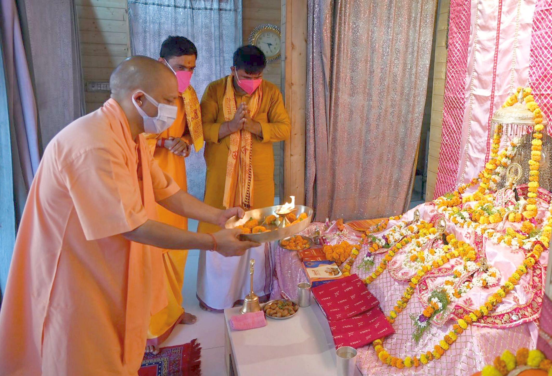 अयोध्या-रामलला का दर्शन करने के बाद आरती करते मुख्यमंत्री योगीआदित्यनाथ