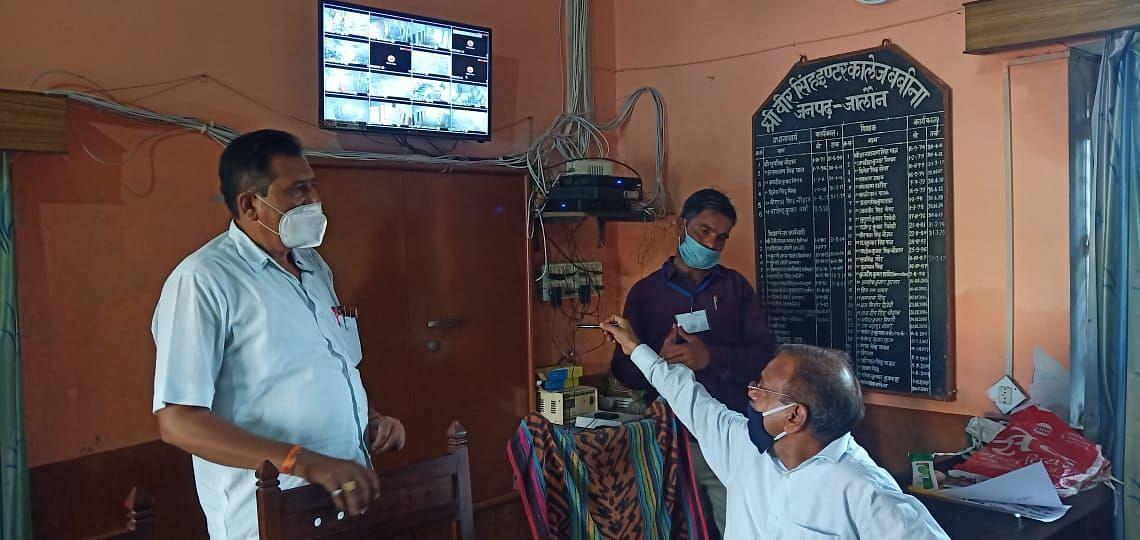 कदौरा क्षेत्र के बबीना वीर सिंह इंटर कॉलेज में सीसीटीवी कैमरे देखते डीआईओएस भगवत पटेल