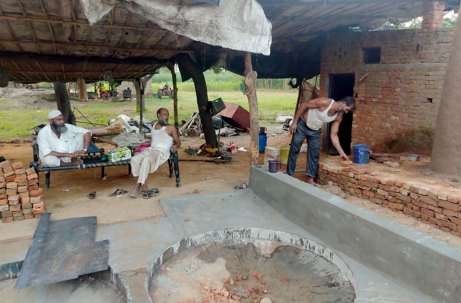 हल्दौर क्षेत्र में काल्हू चलाने की तैयारी करते काल्हू स्वामी।