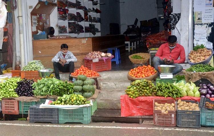 حمیر پور مارکیٹ میں بغیر قیمتوں کے سبزی فروخت کرنے والے دکاندار۔