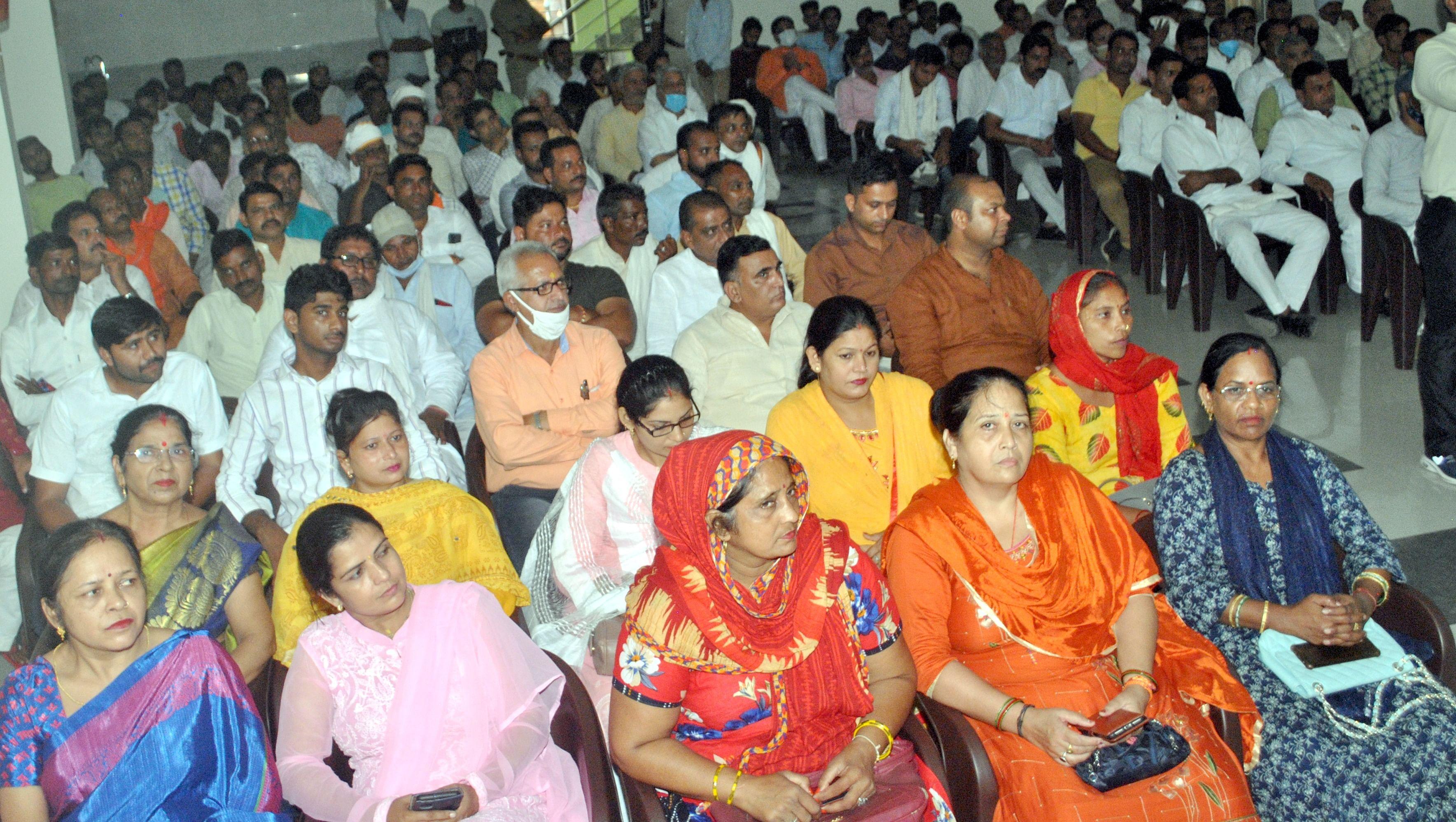 शामली में भाजपा कार्यालय पर आयोजित प्रबुद्ध सम्मेलन में भाग लेते भाजपा कार्यकर्ता।