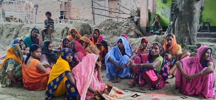 पीडीडीयू नगर के ओड़वार में बिजली की चपेट में आने से हुई युवक की मौत के बाद रोते बिलखते परिवार के लो
