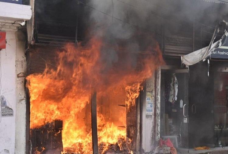 इंदौर: कपड़े की दुकानों में भीषण आग, शॉर्ट सर्किट की आशंका, काबू पाने की कोशिश जारी
