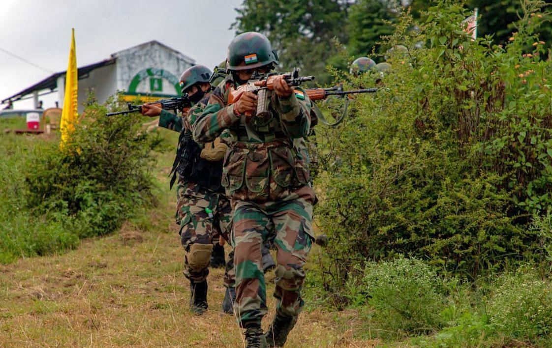 युद्धाभ्यास के दौरान आतंकवादियों को निशाना बनाते सेना के जवान।