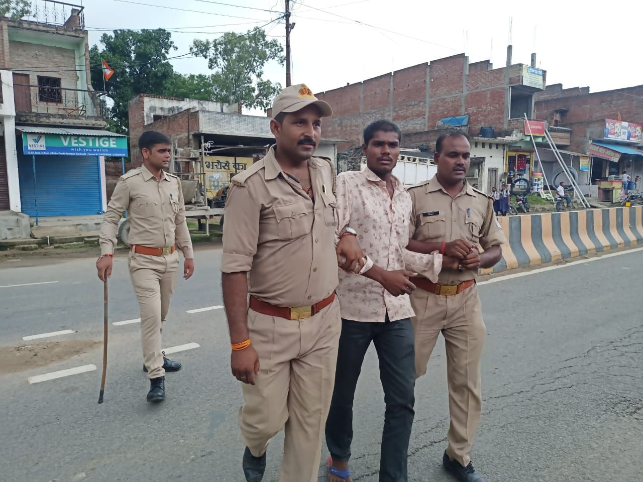Villagers surrounded Muratganj outpost, police chased away with sticks