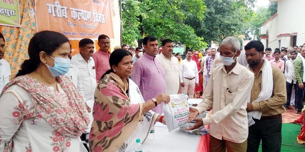 बढ़पुरा में भाजपा विधायक सरिता भदौरिया ने बांटी खाद्य सामग्री