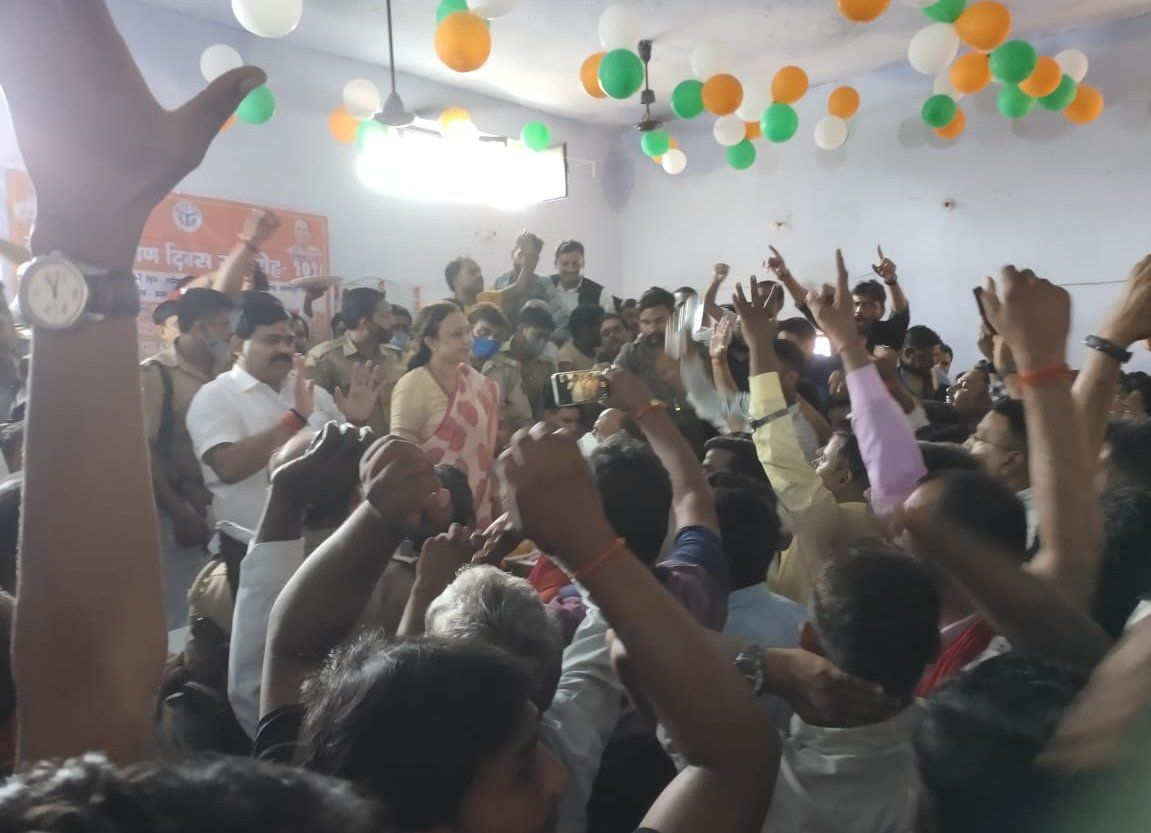 प्रतापगढ़ के सांगीपुर में विवाद के दौरान नारेबाजी कर रहे लोगों को शांत कराते सांसद संगमलाल गुप्?