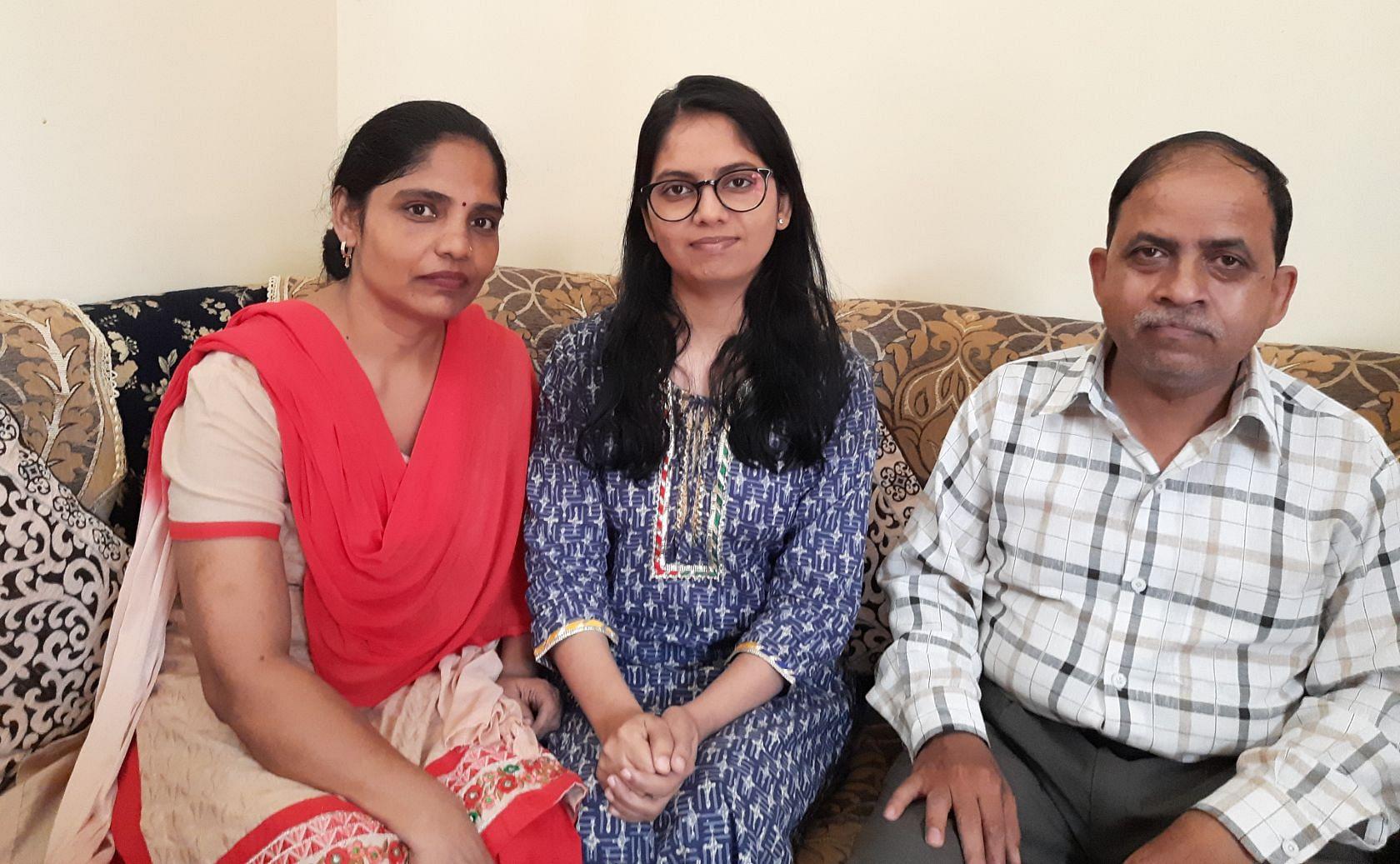 -- यूपीएससी में 671 रैंक पाने वाली स्मृति सिंह अपने माता पिता के साथ
