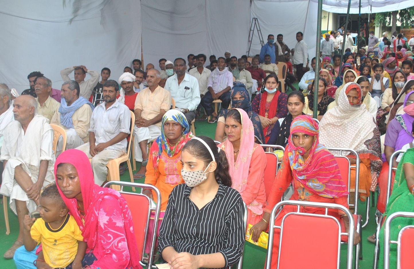 शामली ब्लाक कार्यालय में गरीब कल्याणकारी  योजाना के अंतरगत  गरीब कल्याण मेला  में भाग लेते  लोग