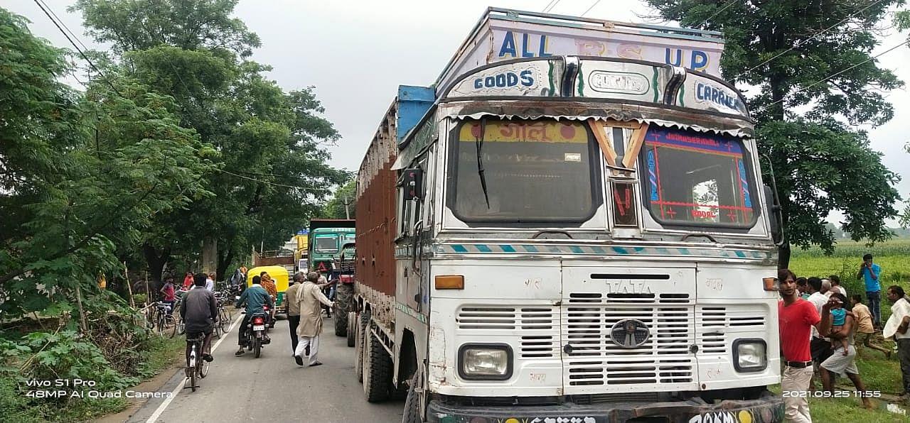 जाम के दौरान सड़क पर लगी वाहनों की लाइन