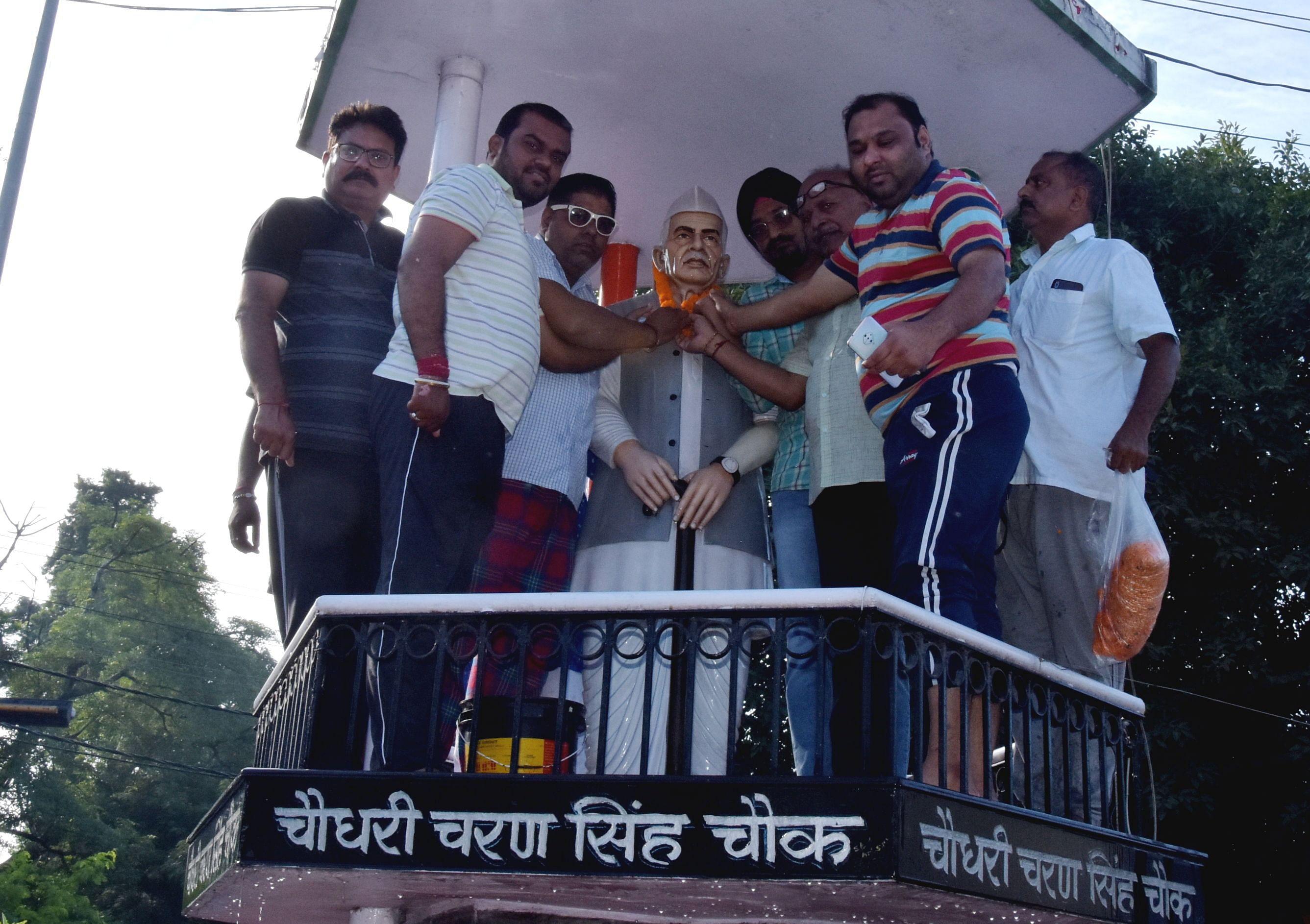 पंडित दीनदयाल उपाध्याय की जंयती पर चौधरी चरण सिंह की प्रतिमा पर माल्यअर्पित करते भाजपाई