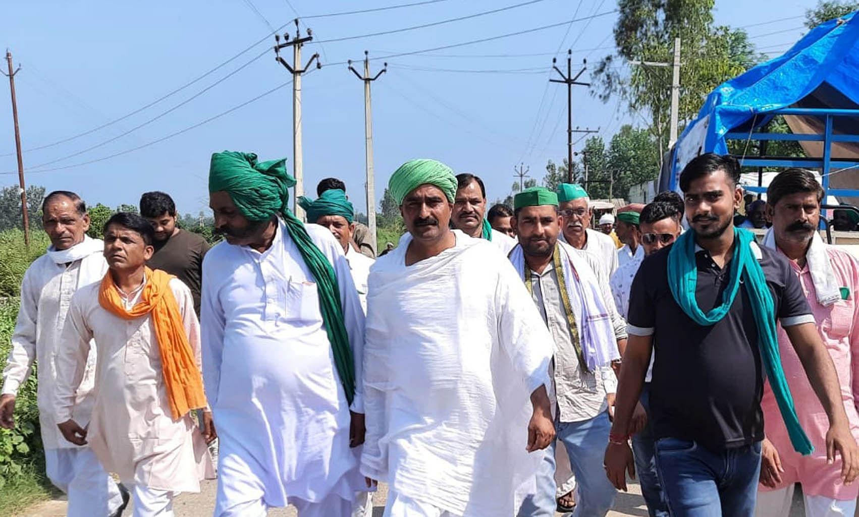 किसान मजदूर संगठन की पदयात्रा में रोनी हरजीपुर मार्ग पर काफिले के साथ ठा. पूरण सिंह
