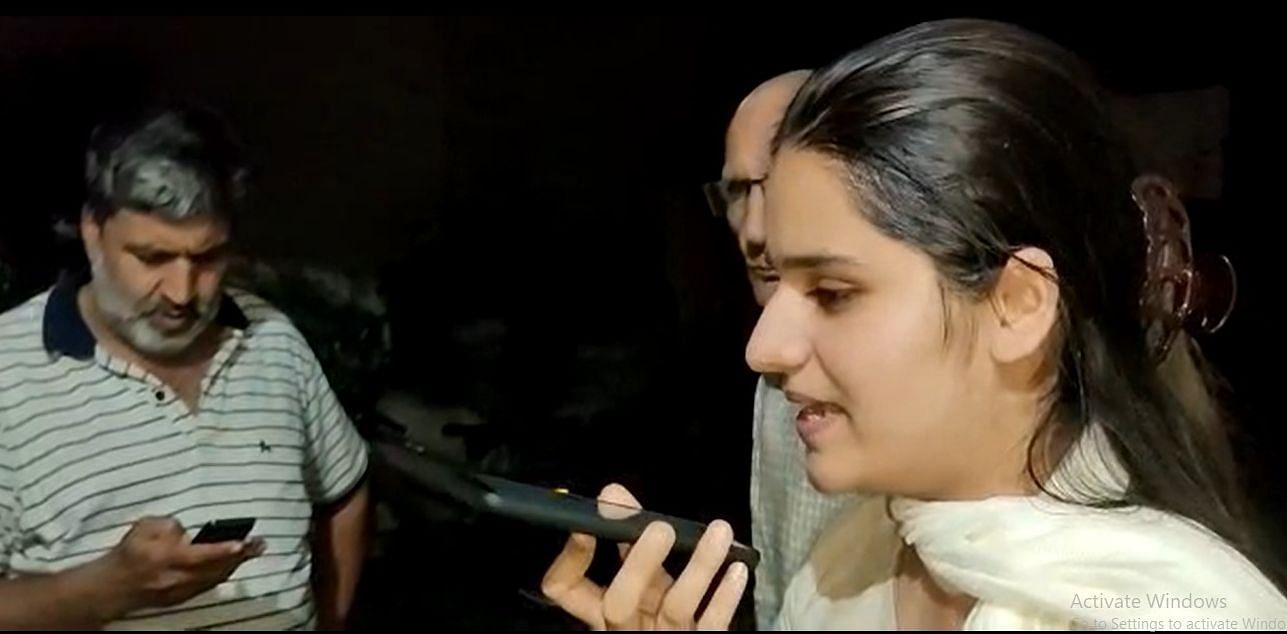 प्रदेश के उपमुख्यमंत्री दुष्यंत चौटाला के साथ फोन पर बात करतीं निशा ग्रेवाल, साथ में परिवार के सद