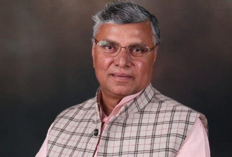 Up Cabinet Expansion News: Agra Mlc Dharmveer Prajapati Took Oath As  Minister - पिछड़ों को साधने की कवायद: डॉ. धर्मवीर ने आज तक नहीं लड़ा चुनाव,  भाजपा ने मंत्री बनाकर खेला 'दांव' -