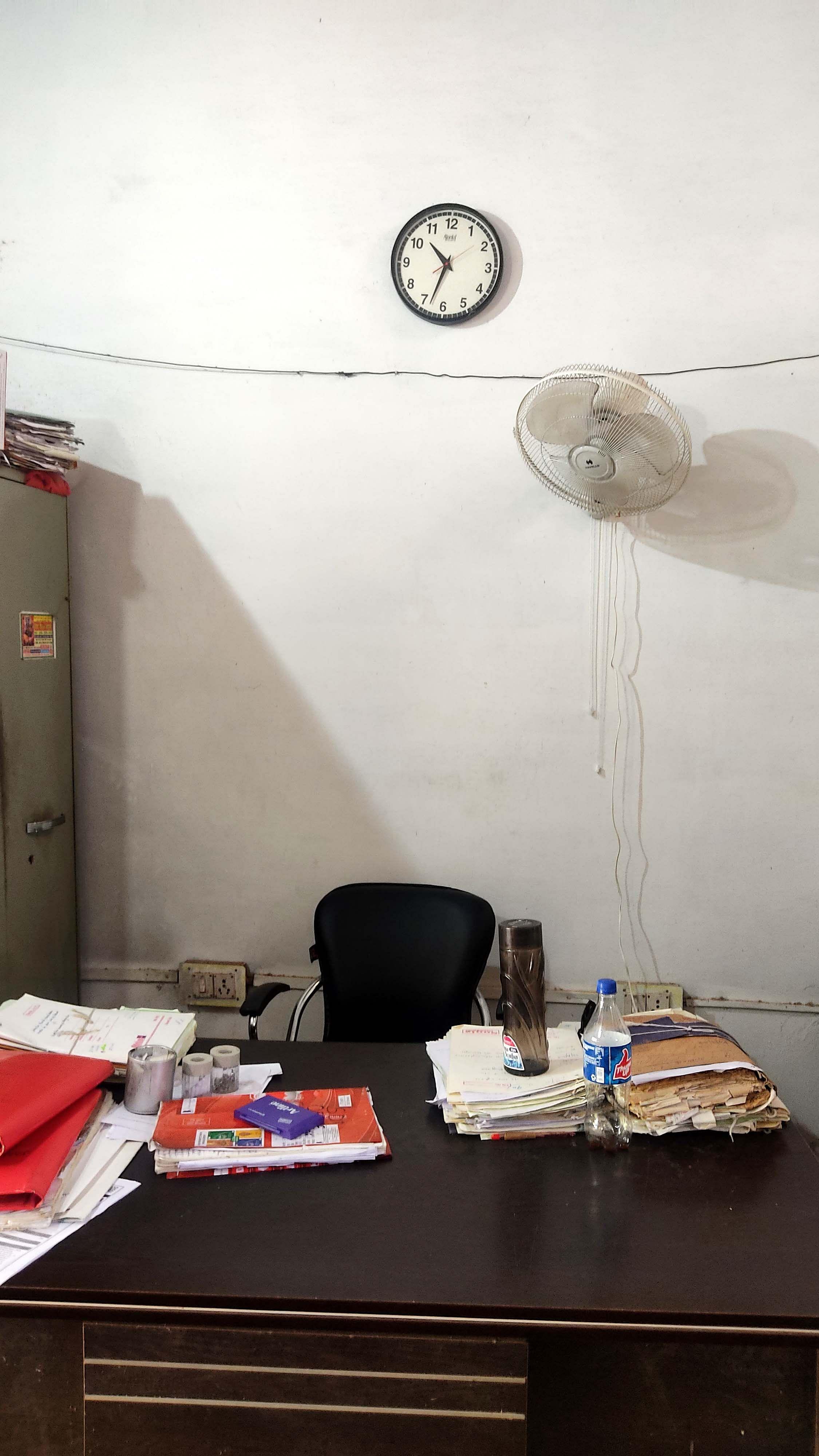 मुख्यालय के अन्य कार्यालय में साढ़े दस बजे के बाद भी खाली पड़ी कुर्सी। - संवाद।