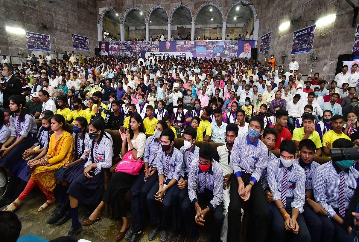 Prayagraj News: Students present in Manish Sisodia's program.