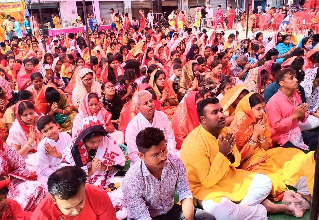 दिनेशपुर में महा अष्टिम पूजा में मौजूद श्रद्धालु।