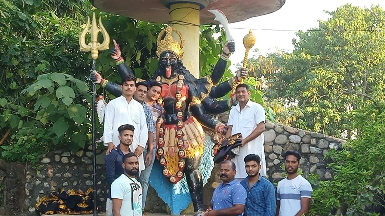बाजपुर में माता काली की मूर्ति पर चोला चढ़ाते श्रद्धालु।