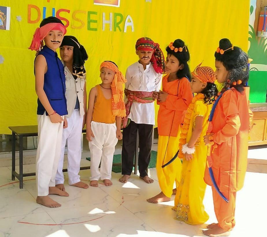 खटीमा में हेल्पलाइन स्कूल में दशहरा पर्व पर रामलीला मंचन करते बाल कलाकार।