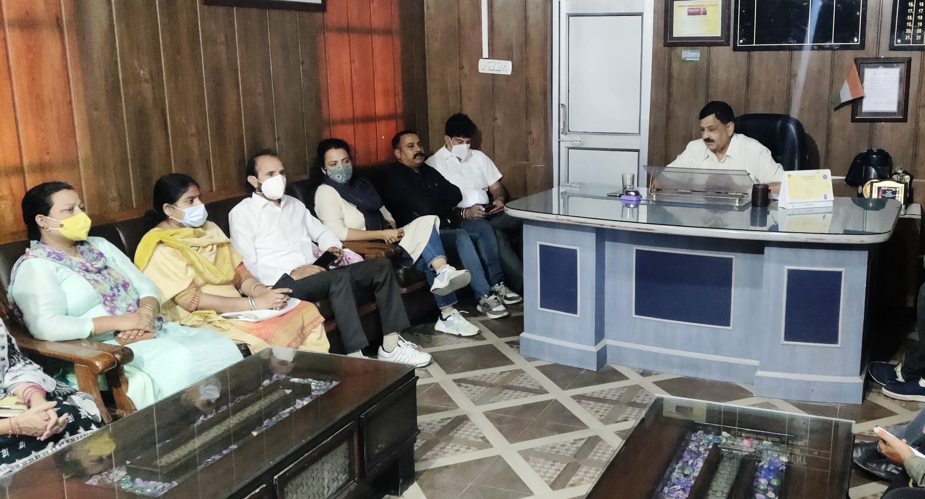 उधमपुर में सीवरेज पाइप लाइन बिछाने के कार्य का बैठक कर विरोध करते नगर परिषद पार्षद व चेयरमैन