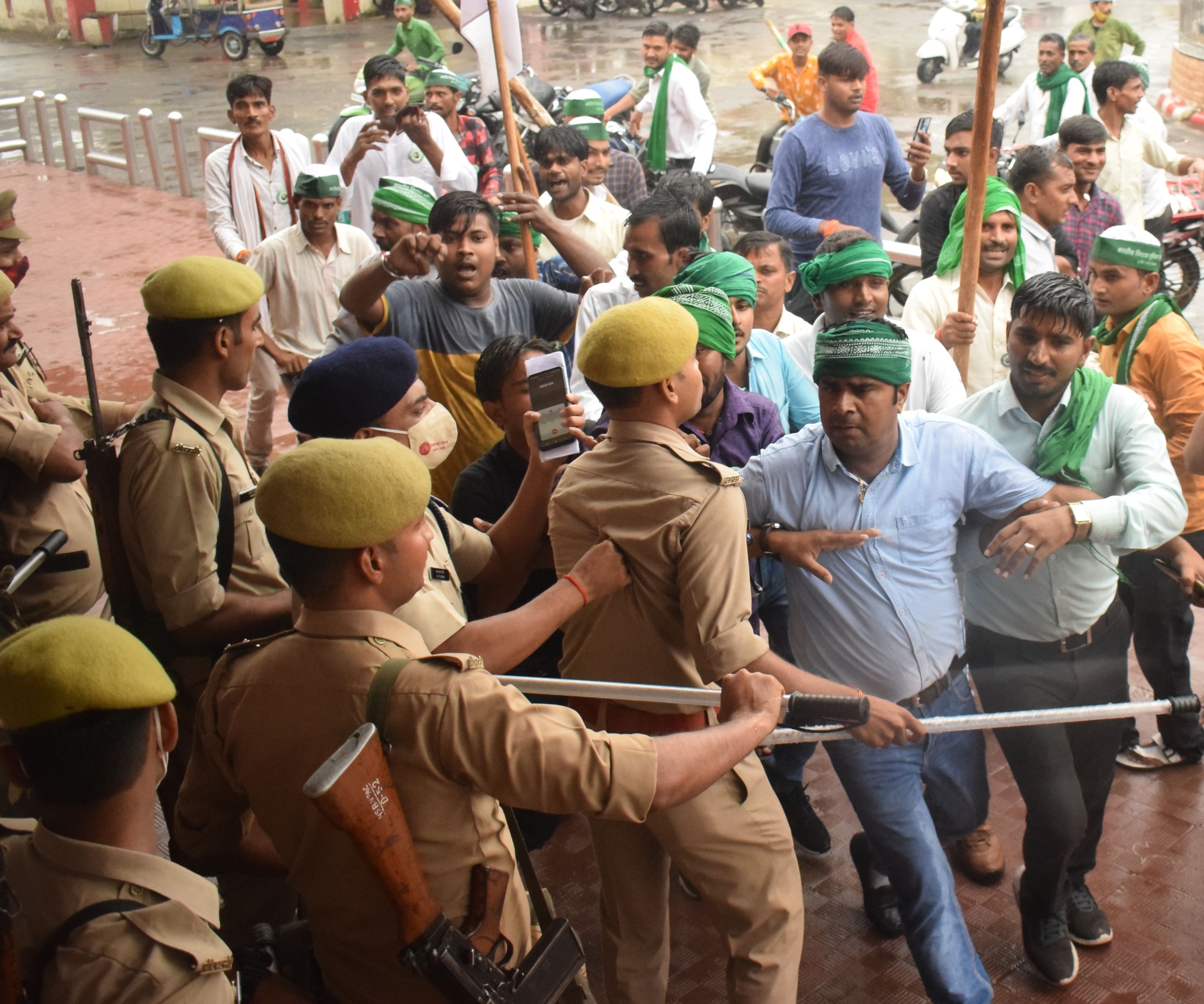 कासगंज में रेलवे स्टेशन के मुख्य द्वार से घुस रहे भाकियू स्वराज के कार्यकर्ताओं को रोकती पुलिस ।