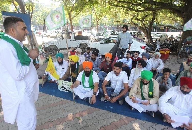 लखीमपुर खीरी हिंसा का विरोध: चंडीगढ़ में उपायुक्त कार्यालय के बाहर किसानों का धरना, मांगा इंसाफ