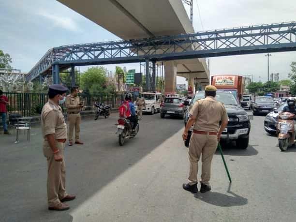 - पुलिस ने बैरिकेडिंग कर जगह जगह किए चालान, वाहनों को किया सीज  - दिल्ली यूपी की सीमा पर आवागमन में नही कोई रियायत, सुरक्षा सख्त