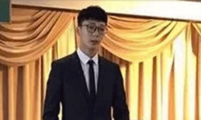 Story of a chinese boy, who applies women's college for girlfriend