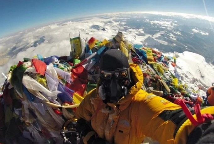 Guy take selfie on top of mount Everest for the flat earth theory supported people