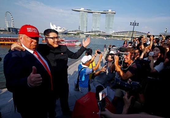 Donald Trumph And Kim Jong body double meets in singapore and give pose for photo shoot