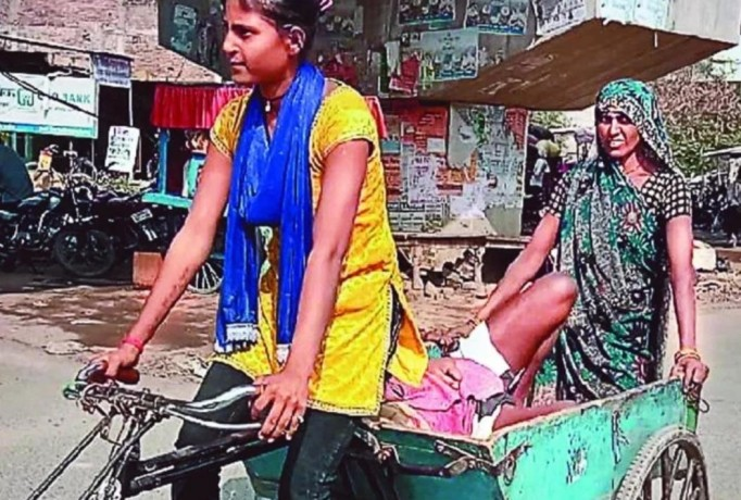 Daughter reaches hospital on rickshaw with Father's emergency condition