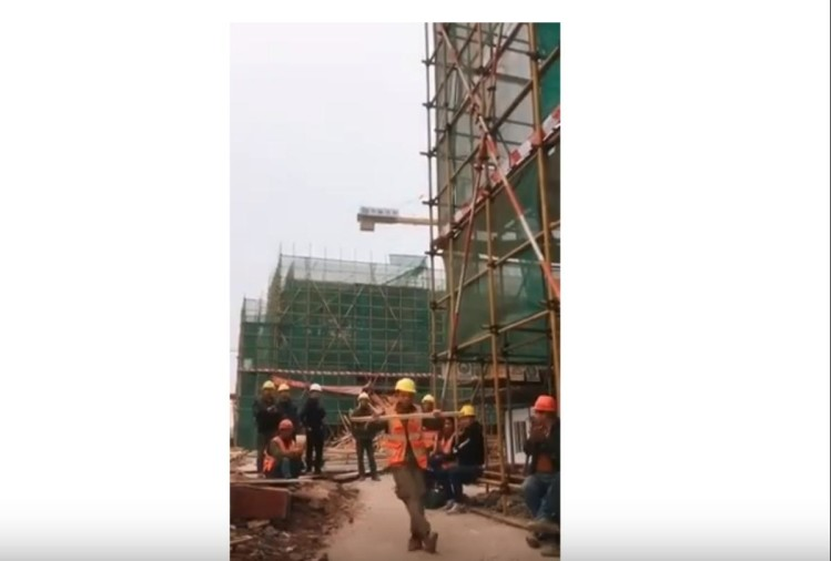 metro construction worker video viral on youtube
