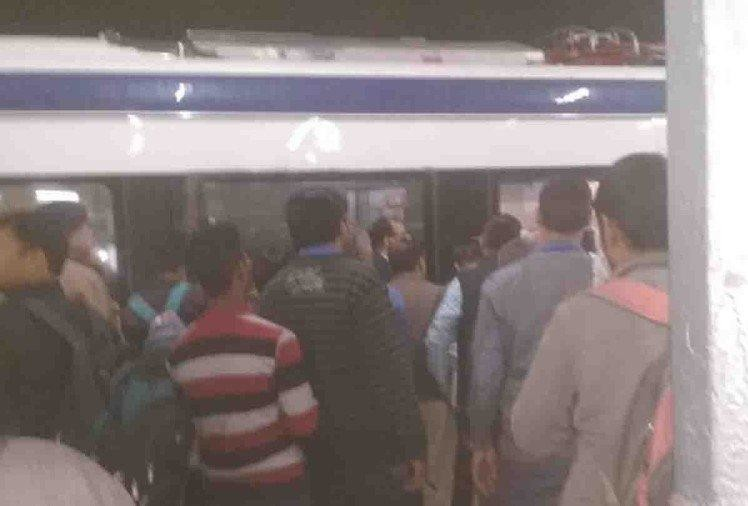 vande bharat express train troll at kanpur executive coach doors not open