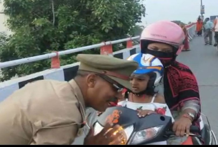 viral video of traffic police salute mother and daughter wearing helmet on scooty