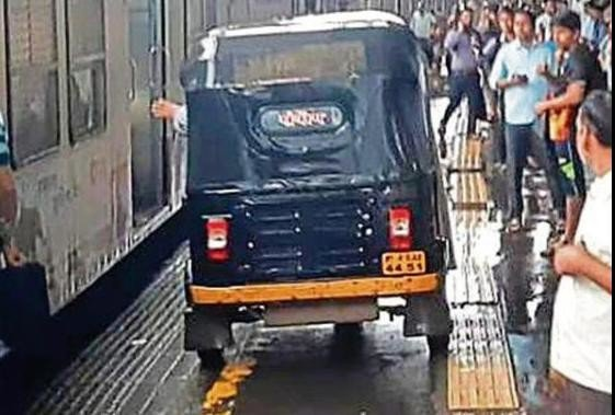 Mumbai auto driver run his auto on platform to save a pregnant lady