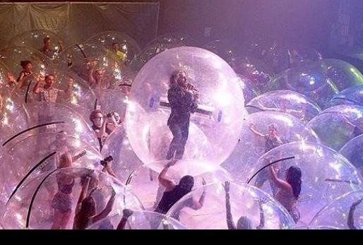 viral photos of social distance bubble concert happen in Oklahoma