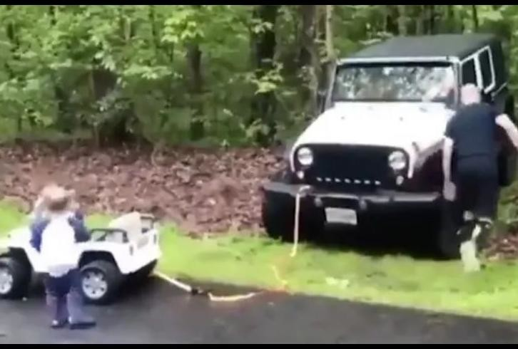 viral video of little boy helping his fathers jeep from his battery car