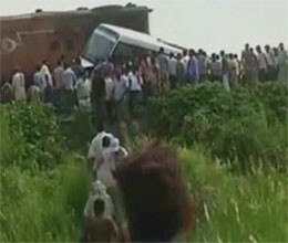 bus crashes to train in bihar 7 killed