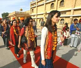 tourists welcomed in rajasthan in strange way