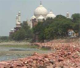 taj tourists facing trouble due to uphold corridor construction work