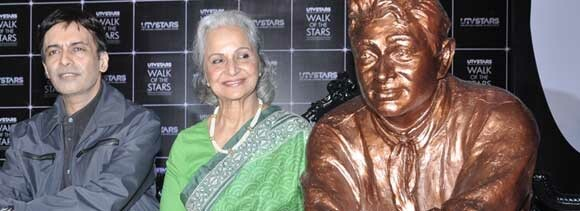 waheeda gets emotional seeing dev anands statue