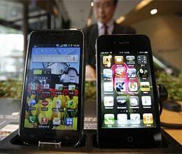 Samsung, Apple renew smartphone war